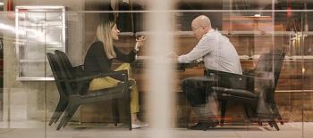Frau und Mann sitzen in einer Coaching-Sitzung